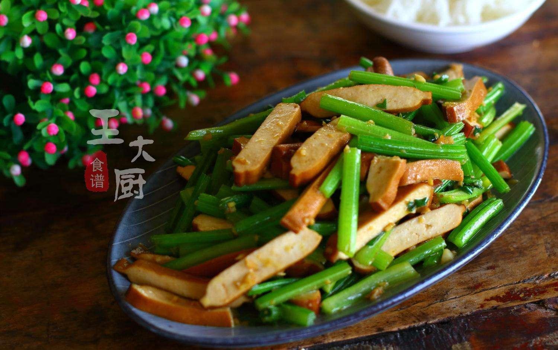 香干炒芹菜的做法_油豆腐炒芹菜的做法